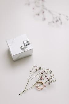 Золотое кольцо и шкатулка для драгоценностей и цветы, предложение концепции брака