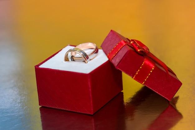 빨간색 선물 상자에 황금 반지 왕관