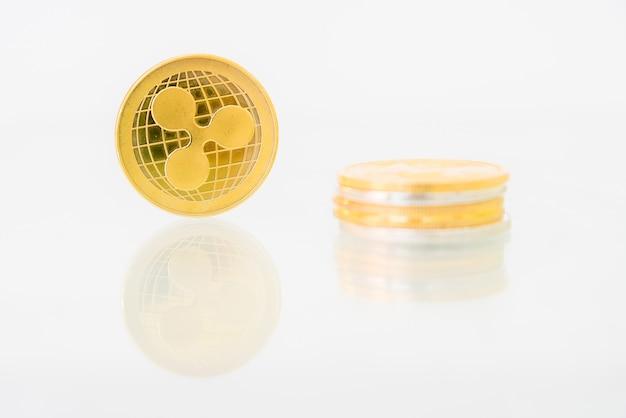 テーブルに反映されたゴールデンリップルコイン、オンラインデジタル通貨。