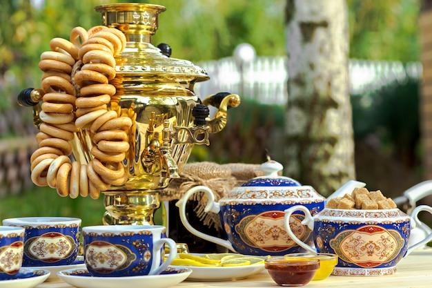 ティーセットとテーブルの上の黄金のサモワール
