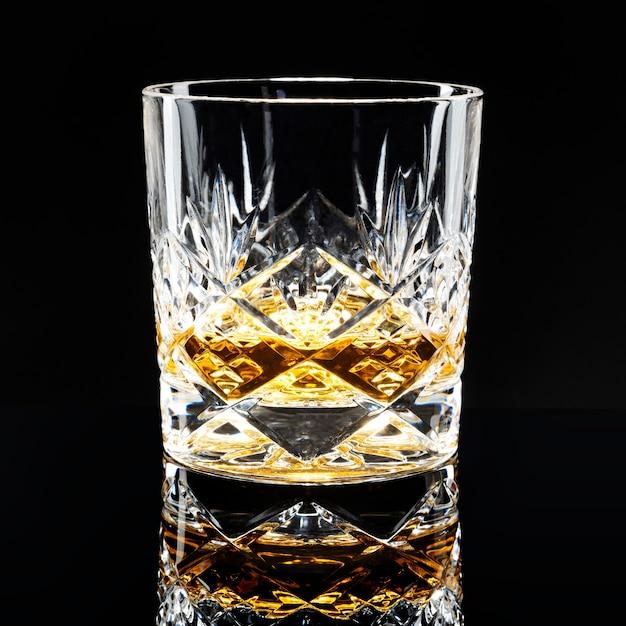 Scotch whisky dorato su sfondo nero
