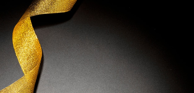 Золотая мерцающая лента с копией пространства