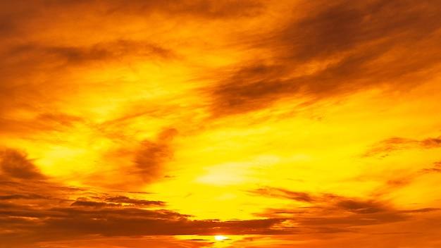 太陽と雲と黄金の空。