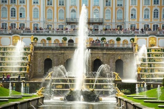 Золотая статуя самсона в парке петергофа, россия