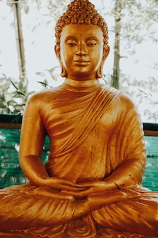 Золотые статуи будды в phra phutta ming mongkol akenakiri в таиланде на пхукете. концепция музея большого будды.
