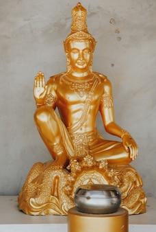 Золотые статуи будды в phra phutta ming mongkol akenakiri в таиланде на пхукете.