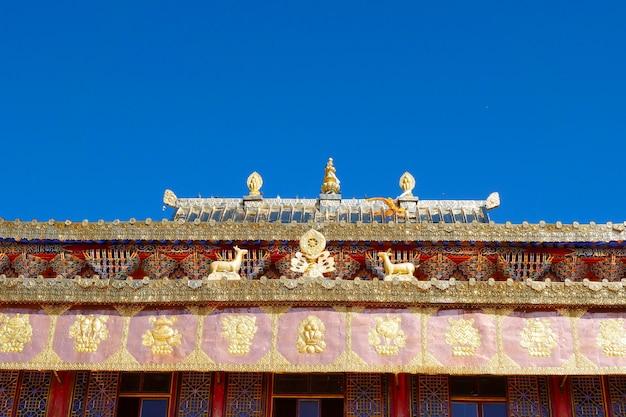 Золотая вершина тибетского буддийского монастыря ару да храм в цинхае, китай.