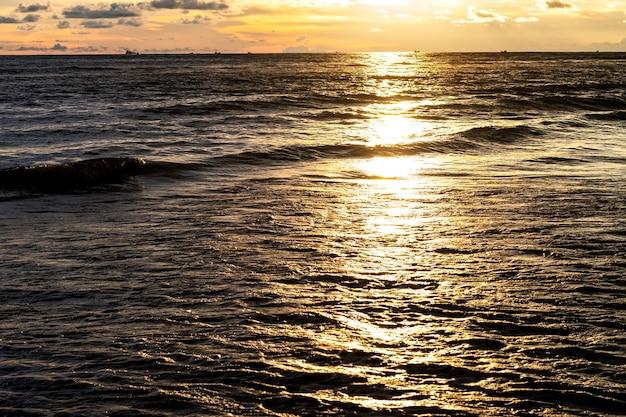 저녁에 바다에 황금빛 햇빛 반사