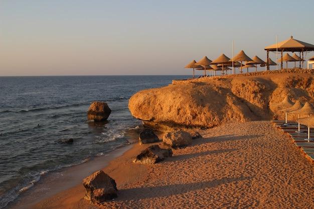 Золотой восход солнца над пляжем красного моря в шарм-эль-шейхе