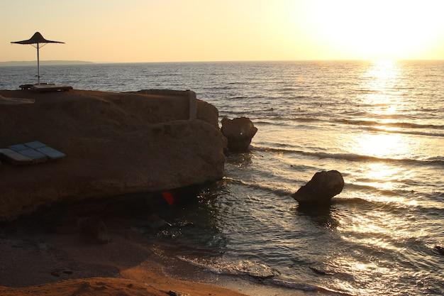 Золотой восход солнца над красным морем в шарм-эль-шейхе