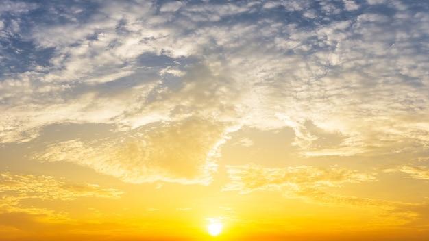 황금빛 일출과 구름 하늘 자연 배경
