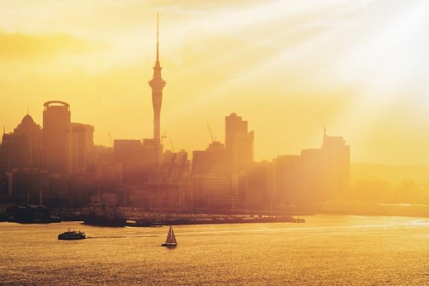 Золотой заход солнца на городе окленда, новой зеландии.