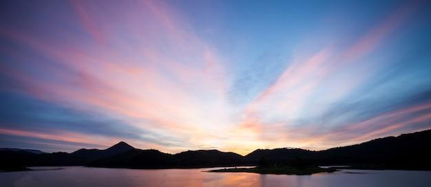 배경에 대 한 황금 일몰 저녁 빛 자연입니다. 와이드스크린