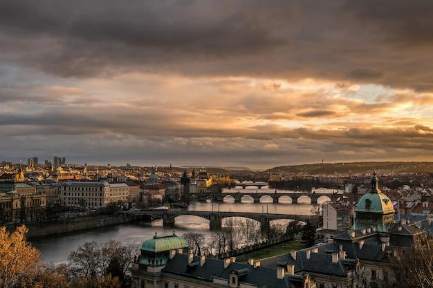 プラハの黄金の夕日とレトナ公園からの劇的な空、前景にストラカアカデミー