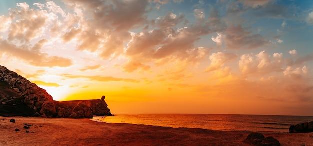 남쪽 바다 해안의 황금빛 일몰, 파노라마