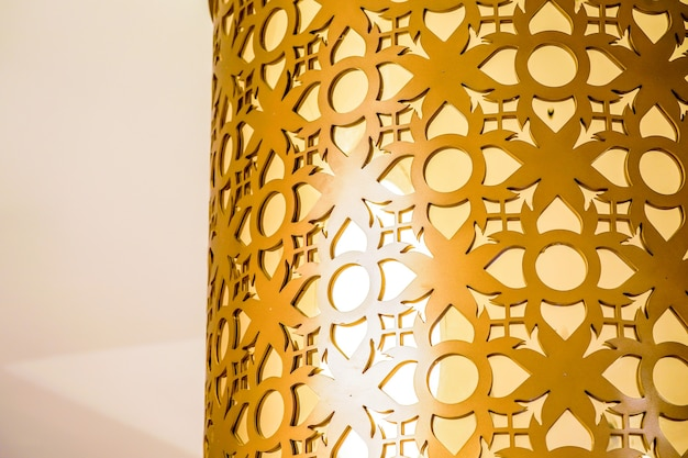 背景とタイのどこかのデザインのための黄金のタイの花のパターン。
