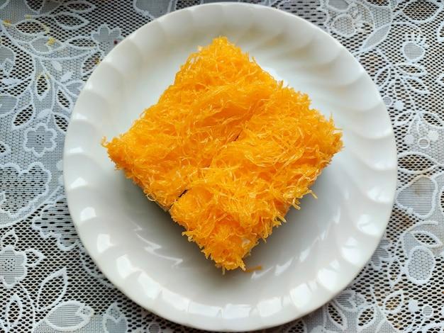 하얀 접시에 황금 실 케이크