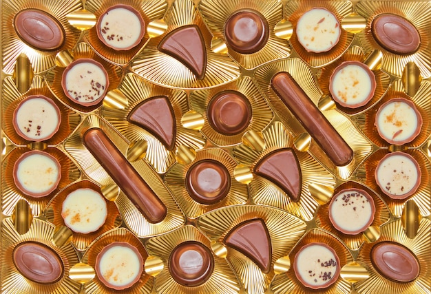 チョコレートキャンディーの黄金のトレイwithpalettepaletteをクローズアップ、トップビュー