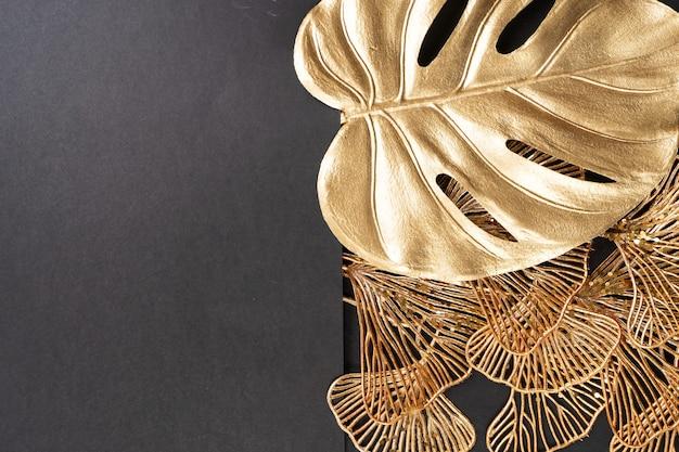 Золотые тропические листья на черном фоне с копией пространства, граница в стиле арт-деко