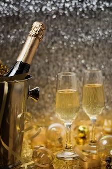 Vista dorata con bottiglia di champagne
