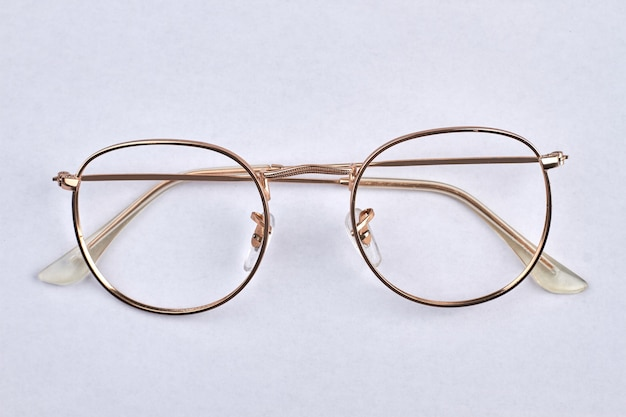 황금 빈티지 안경 흰색 절연입니다. 클래식 골드 라운드 안경.