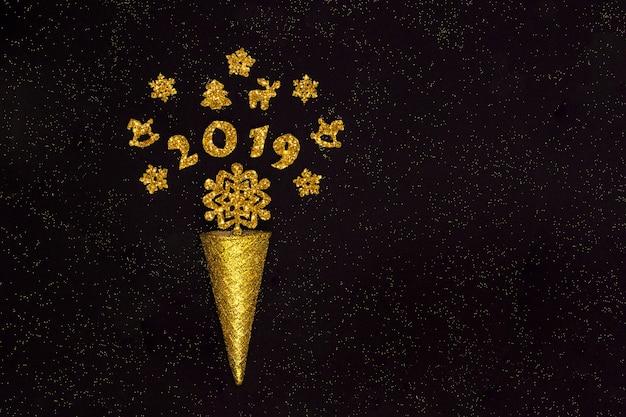 Золотой вафельный рожок с цифрами 2019 и елочными украшениями, снежинки на черном