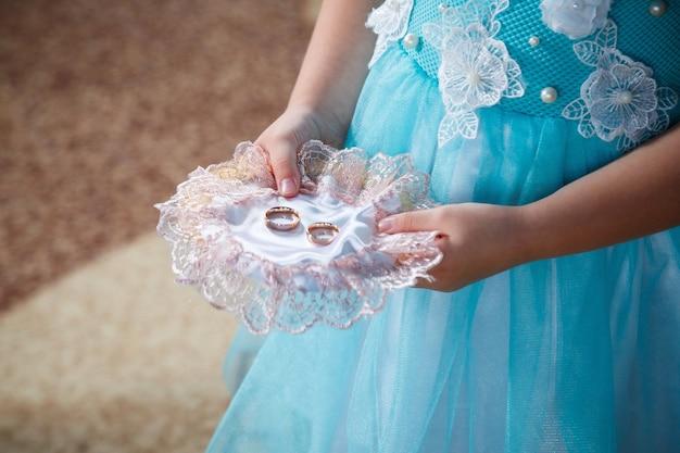 彼らの結婚式の日に新婚夫婦のための黄金の結婚指輪