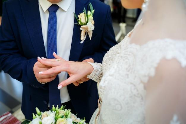 Золотые обручальные кольца для молодоженов в день свадьбы