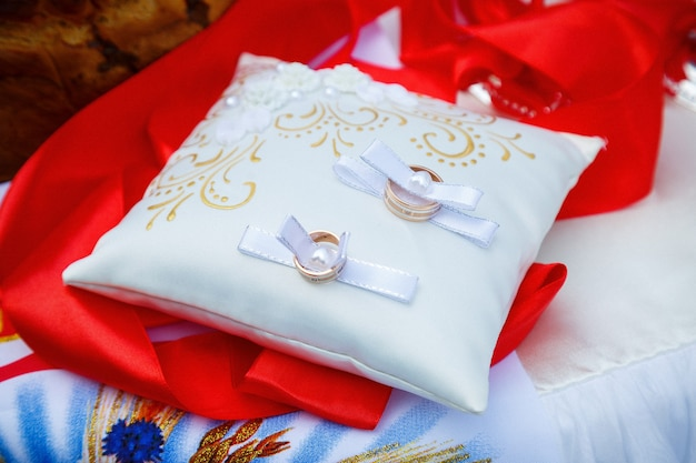 Золотые обручальные кольца для молодоженов