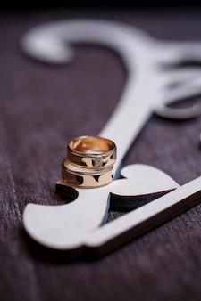 新婚夫婦のための黄金の結婚指輪