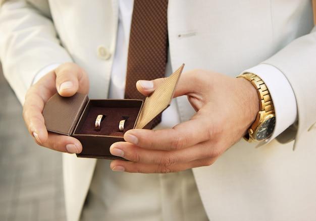 ボックスに金色の結婚指輪