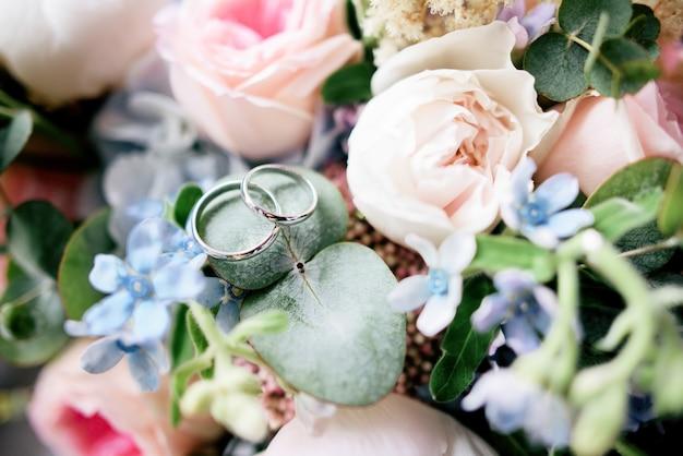 결혼 반지에 꽃에 황금 결혼 반지 거짓말