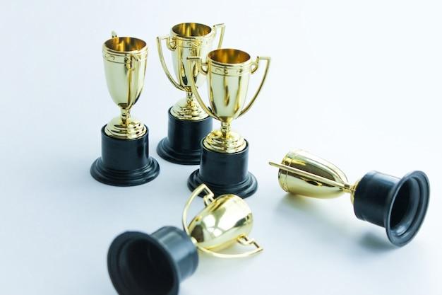 白い背景の上の黄金の優勝カップ。競争のコンセプトです。