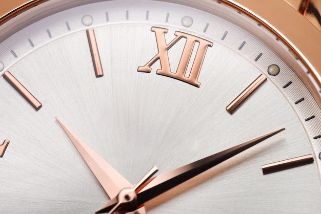 黄金の女性の腕時計