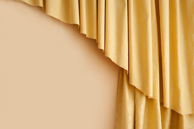 部屋の黄金の黄色のシルクカーテンの背景
