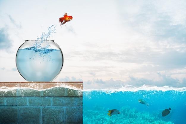 Золотая рыбка выпрыгивает из аквариума и бросается в море