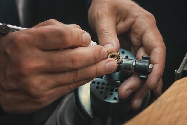 직장에서 금세공인. 다양한 도구가 있는 보석상의 작업대. 전문 도구를 사용하여 공예 보석을 만들기 위한 데스크탑입니다.