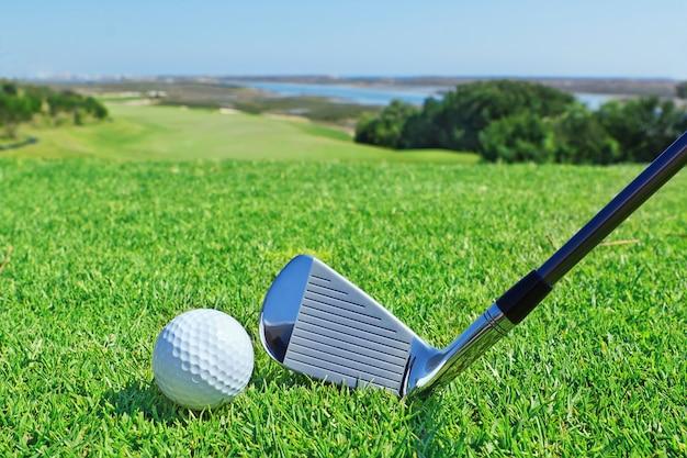 녹색 골프 코스의 배경에 골프 액세서리.
