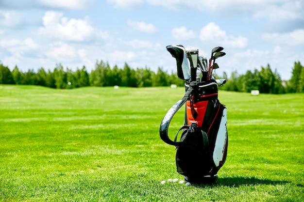 잔디에 골프 가방