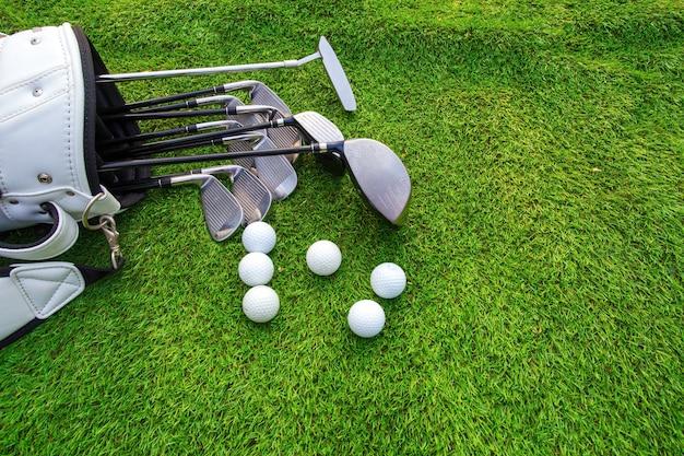골프 공과 골프 클럽 녹색 잔디에 가방에