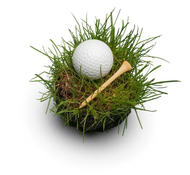 흰색 바탕에 잔디에서 골프 공입니다. 스포츠 및 레크리에이션 개념