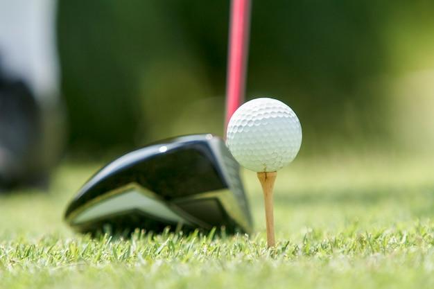 Мяч для гольфа на тройнике