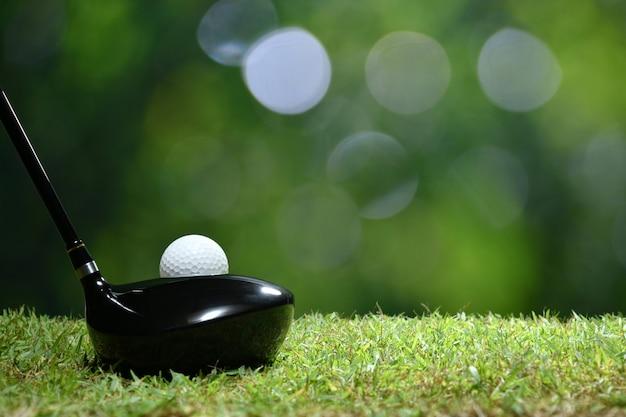 골프 코스 배경에 강타 준비가 녹색 잔디에 골프 공