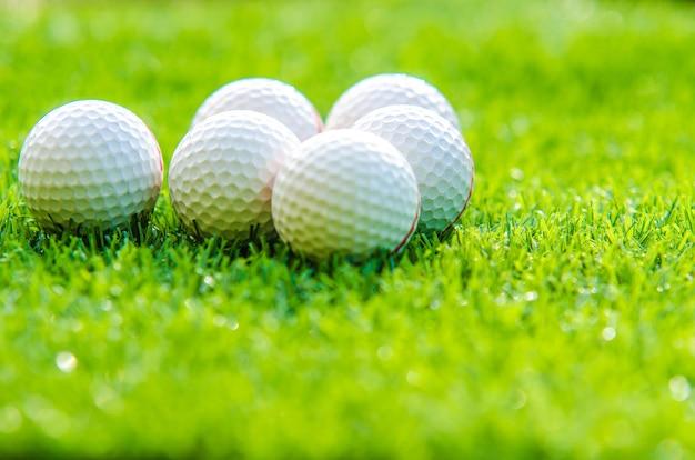 복사 공간이 있는 푸른 잔디에 있는 골프 공