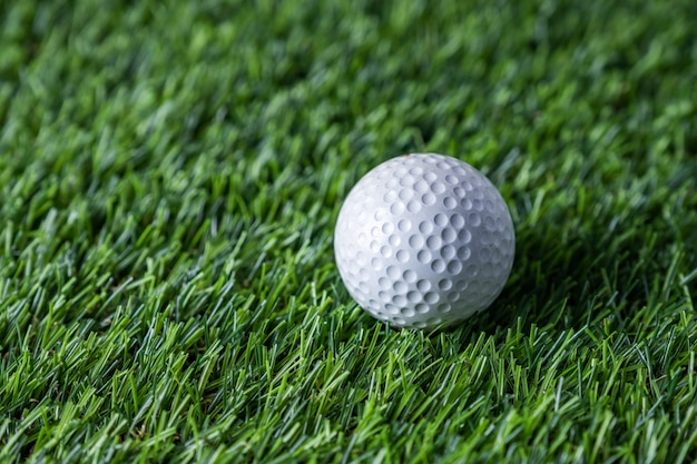 푸른 잔디에서 골프 공