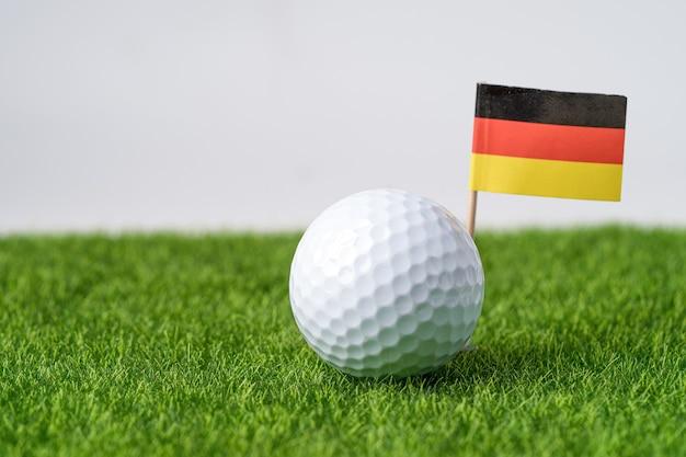 ドイツの旗または草とゴルフボール。