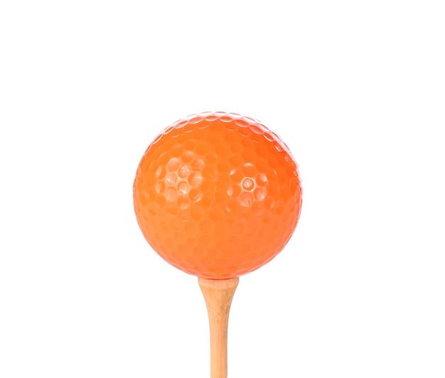 Мяч для гольфа с тройником, изолированные на белом фоне