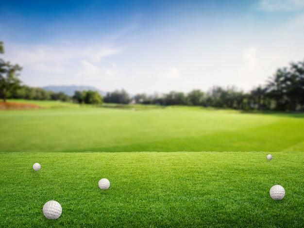 Мячи для гольфа на зеленой траве в поле для гольфа