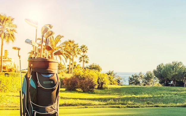 Гольф-клубы на гольф-курорте.