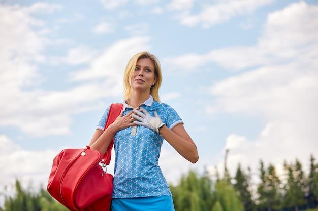 골프 개념, 복사 공간입니다. 여자 골프 시간 그린 필드에 골프 장비를 들고. 우수성, 장인 정신, 왕실 스포츠 추구